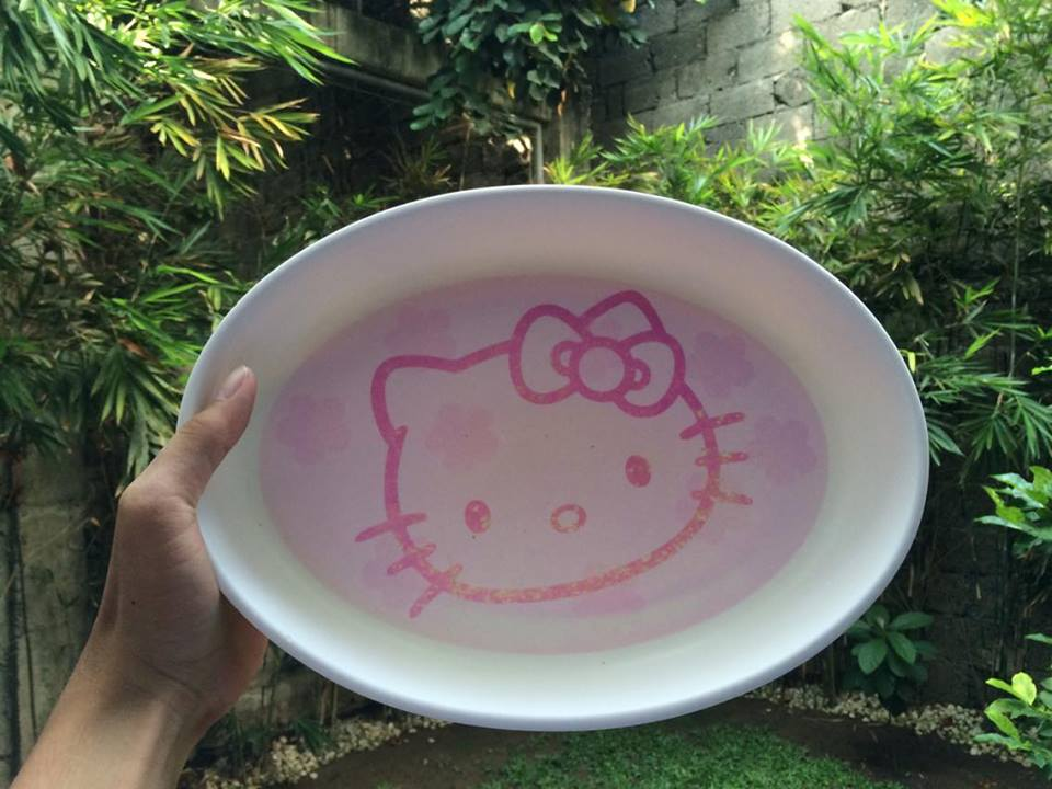 A Hello Kitty platter from Gift Gate bought in the early 2000s.